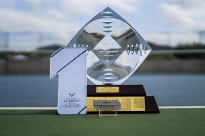 Rafa Nadal recibe el trofeo '1x10' por permanecer una década en la élite mundial