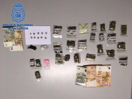 Detienen a una pareja en Playa de Palma que guardaba drogas en el falso de techo de unas galerías